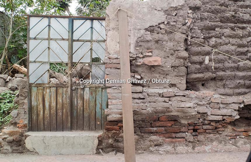 Quer&eacute;taro, Qro. 09 de septiembre de 2014.-  Con cuerdas y dos palos, apenas se sostiene un muro en la calle de Nicol&aacute;s Campa, en el Centro Hist&oacute;rico. Y es que el descuido, la falta de mantenimiento por sus altos costos, las lluvias han ido deteriorando esta infraestructura, que adem&aacute;s no tiene se&ntilde;alamientos de peligro por parte de Protecci&oacute;n Civil.<br /> <br /> <br /> <br /> Foto: Demian Ch&aacute;vez / Obture.