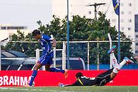 ATENÇÃO EDITOR: FOTO EMBARGADA PARA VEÍCULOS INTERNACIONAIS SÃO CAETANO,SP,22 SETEMBRO 2012 - CAMPEONATO BRASILEIRO SERIE B -SÃO CAETANO x CRB -Danielzinho  jogador do São Caetano  durante partida São Caetano X CRB válido pela 26º rodada do Campeonato Brasileiro serie B no Estádio Anacleto Campanela, no abc paulista na tarde  deste sabado (22).(FOTO: ALE VIANNA -BRAZIL PHOTO PRESS)