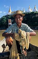 Asie/Birmanie/Myanmar/Haute Birmanie/Env Mandalay: Pêcheur de 72 ans sur l'Irrawaddy et pagode