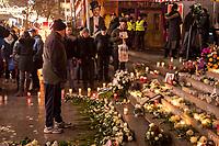 Gedenken am Dienstag den 19. Dezember 2017 anlaesslich des 1. Jahrestag des Terroranschlag auf den Weihnachtsmarkt auf dem Berliner Breitscheidplatz am 19.12.2016 durch den Terroristen Anis Amri.<br /> Im Bild: Ein Mann im stillen Gedenken am Gedenkort.<br /> 19.12.2017, Berlin<br /> Copyright: Christian-Ditsch.de<br /> [Inhaltsveraendernde Manipulation des Fotos nur nach ausdruecklicher Genehmigung des Fotografen. Vereinbarungen ueber Abtretung von Persoenlichkeitsrechten/Model Release der abgebildeten Person/Personen liegen nicht vor. NO MODEL RELEASE! Nur fuer Redaktionelle Zwecke. Don't publish without copyright Christian-Ditsch.de, Veroeffentlichung nur mit Fotografennennung, sowie gegen Honorar, MwSt. und Beleg. Konto: I N G - D i B a, IBAN DE58500105175400192269, BIC INGDDEFFXXX, Kontakt: post@christian-ditsch.de<br /> Bei der Bearbeitung der Dateiinformationen darf die Urheberkennzeichnung in den EXIF- und  IPTC-Daten nicht entfernt werden, diese sind in digitalen Medien nach §95c UrhG rechtlich geschuetzt. Der Urhebervermerk wird gemaess §13 UrhG verlangt.]