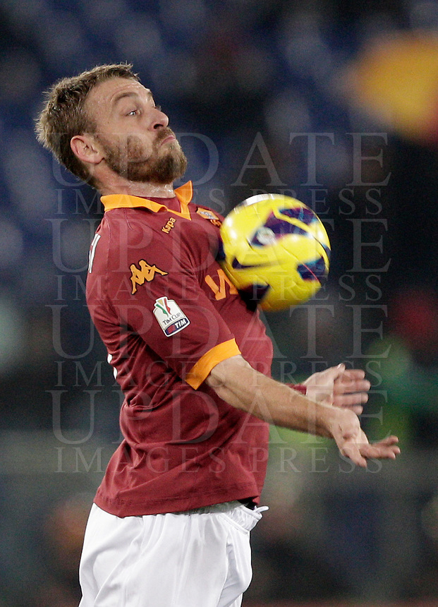 Calcio, ottavi di finale di Coppa Italia: Roma vs Atalanta. Roma, stadio Olimpico, 11 dicembre 2012..AS Roma midfielder Daniele De Rossi  stops the ball during their Italy Cup last-16 tie football match between AS Roma and Atalanta at Rome's Olympic stadium, 11 december 2012. .UPDATE IMAGES PRESS/Riccardo De Luca
