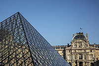 FRANCIA - Parigi - Jeoh Ming Pei, 1989, piramide di vetro, entrata principale del Museo del Louvre FRANCE - Paris - Jeoh Ming Pei, 1989, glass pyramid, the main entrance to the Louvre Museum