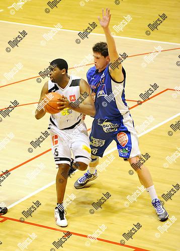 2012-01-21 / Basketbal / seizoen 2011-2012 / Sint-Jan - Kangoeroes-Boom / Djoumbisango (Sint-Jan) met Vermeulen in de rug..Foto: Mpics.be