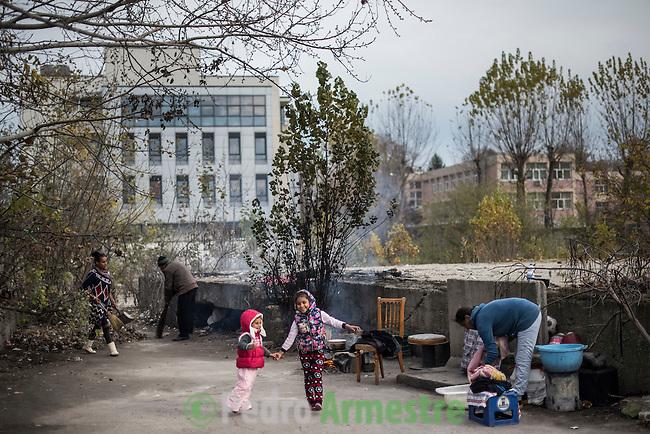 07 Noviembre 2016. Bucarest. Rumania<br /> Sorina tiene 6 a&ntilde;os de edad y vive con su madre, su hermana de tres a&ntilde;os (Lorena) y sus abuelos en la calle, en una explanada de los cimientos de un edificio en el cruce de dos carreteras en Bucarest. Sorina asiste al programa especial educativo que tiene Save the Chidren en Rumania. Save the Children trabaja en Rumania ayudando a las familias m&aacute;s vulnerables con diferentes tipos de programas vinculados a la educaci&oacute;n. En 37 centros educativos de todo el pa&iacute;s tiene en marcha programas especiales de ayuda a los ni&ntilde;os que nunca han asistido a la escuela y para los hijos de migrantes que est&aacute;n trabajando en Italia o en Espa&ntilde;a. Rumania tiene la tasa de pobreza infantil m&aacute;s alta de toda Europa, con un 51%. &copy; Pedro Armestre/ Save the Children Handout. No ventas -No Archivos - Uso editorial solamente - Uso libre solamente para 14 d&iacute;as despu&eacute;s de liberaci&oacute;n. Foto proporcionada por SAVE THE CHILDREN, uso solamente para ilustrar noticias o comentarios sobre los hechos o eventos representados en esta imagen.<br /> &copy; Pedro Armestre/ Save the Children Handout - No sales - No Archives - Editorial Use Only - Free use only for 14 days after release. Photo provided by SAVE THE CHILDREN, distributed handout photo to be used only to illustrate news reporting or commentary on the facts or events depicted in this image.