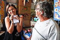 SÃO PAULO,SP,28 AGOSTO DE 2012 - ELEIÇÕES SONINHA<br /> A candidata a prefeitura de São Paulo Soninha Francine esteve na manhã de hoje visitando a ONG ECOBRAZ na Vila Santa Clara zona leste de São Paulo.FOTO ALE VIANNA - BRAZIL PHOTO PRESS.