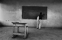 Mozambico, distretto di Chure. Maestro di scuola elementare