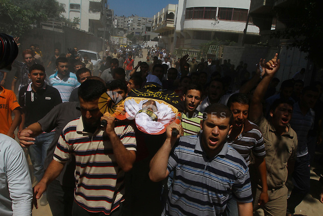 Palestinian mourners carry the body of Islamic Jihad militant Atteya Mqat during his funeral in Gaza City on Aug. 25, 2011. Mqat was killed early Wednesday in Israeli airstrike in Gaza. Photo by Ashraf Amra