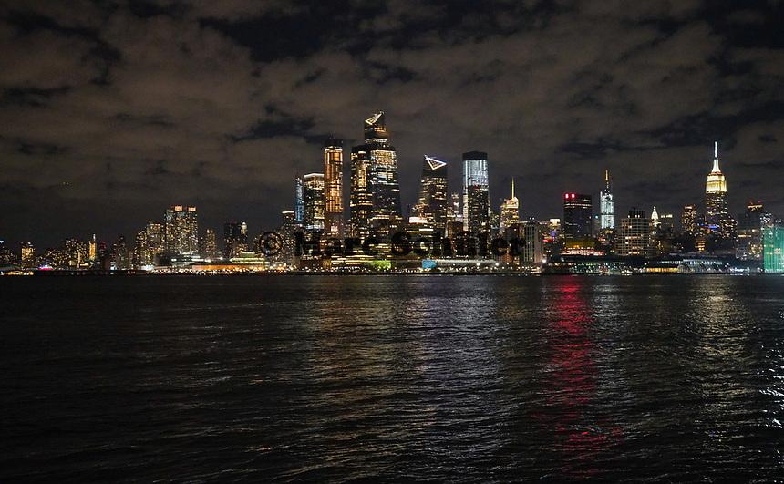 New York vom Pier am Frank Sinatra Drive in Hoboken aus gesehen - 08.12.2019: New York