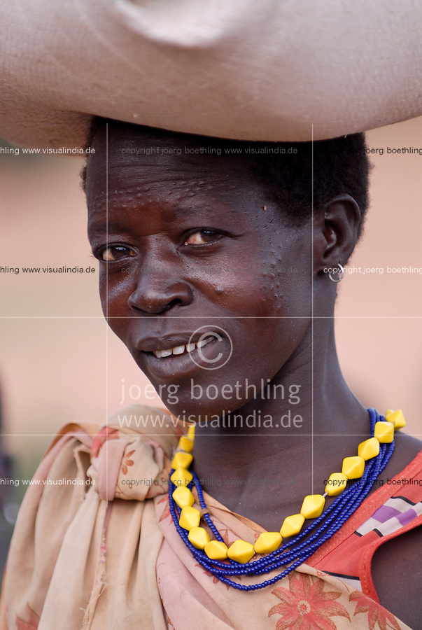 UGANDA Karamoja, village Nakapelimoru of Jhi tribe of Karimojong, young woman with facial ornament / UGANDA Karamoja , Volk der Karimojong , Dorf Nakapelimoru  der Jhi,  junge Frau mit Gesichtsverzierung