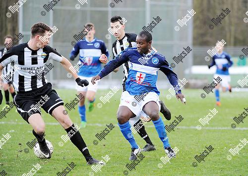 2016-01-17 / Voetbal / Seizoen 2015-2016 / FC Turnhout - Thes Sport / Dani&euml;l Owusu (r. Turnhout) probeert enklele bezoekers af te schudden<br /><br />Foto: Mpics.be
