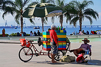 Comercio informal, vendedor ambulante, Baia de Guanabara, Rio de Janeiro. 2019. Foto © Juca Martins