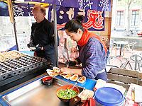 Nederland  Leiden  2016 05 15. Zondag 15 mei organiseert Japanmuseum SieboldHuis voor de negende keer de Japanmarkt op het Rapenburg in Leiden. Dit wordt traditiegetrouw gevierd om het bezoek van de Keizer in 2000 aan Japanmuseum SieboldHuis en het Rapenburg te herdenken. Japanse Poffertjes.  Foto Berlinda van Dam /  Hollandse Hoogte