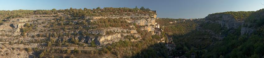 Citémédiévale bâtie sur les flan d'un canyon, dans une vallée karstique
