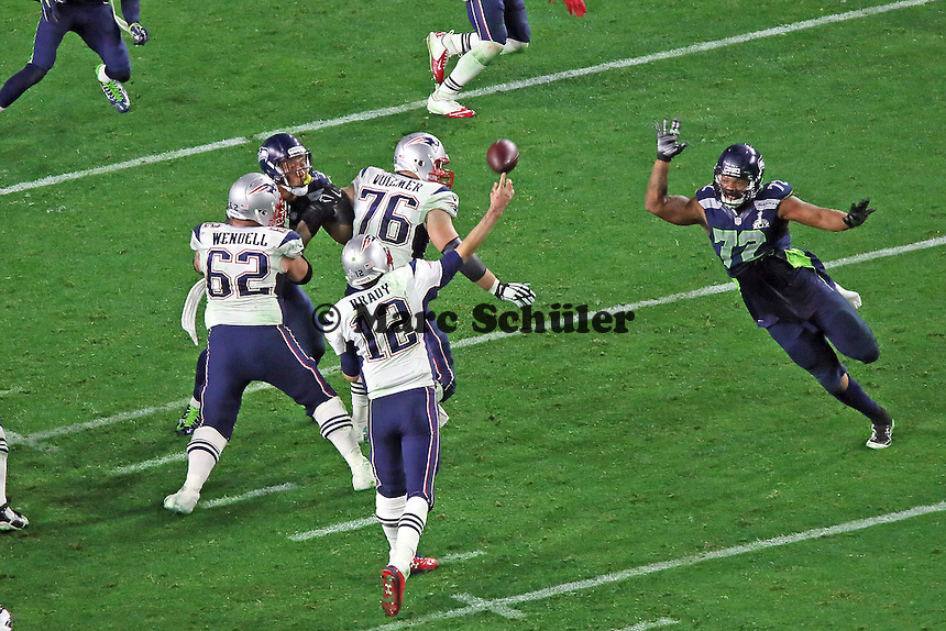 OT Sebastian Vollmer (76, Patriots) gibt QB Tom Brady (12) genug Zeit einen Pass zu werfen - Super Bowl XLIX, Seattle Seahawks vs. New England Patriots, University of Phoenix Stadium, Phoenix