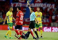 MEDELLÍN -COLOMBIA-19-07-2017: Luis Sanchez, arbitro, muestra la tarjeta amarilla a Omar Duarte del Huila durante el partido entre Independiente Medellín y Atlético Huila por la fecha 3 de la Liga Águila II 2017 jugado en el estadio Atanasio Girardot de la ciudad de Medellín. / Luis Sanchez, referee, shows the yellow card to Omar Duarte of Huila during the match between Independiente Medellin and Atletico Huila for the date 3 of the Aguila League II 2017 played at Atanasio Girardot stadium in Medellin city. Photo: VizzorImage/ León Monsalve / Cont