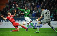 FUSSBALL   1. BUNDESLIGA    SAISON 2012/2013    12. Spieltag   SV Werder Bremen - Fortuna Duesseldorf               18.11.2012 Tobias Levels (li) und Fabian Giefer (re, beide Fortuna Duesseldorf) gegen Eljero Elia (Mitte, SV Werder Bremen)