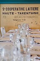 Europe/France/73/Savoie/Val d'Isère: Restaurant d'Altitude: La Fruitière au sommet du telecabine de la Daille 2290m  détail des tables dressées