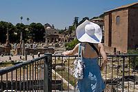 Rome continue to be one of the most visited city in the world..Roma continua ad essere una delle città più visitata al mondo.A turist at the Roman Forum.Turista al Foro Romano