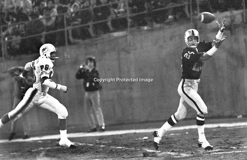 Raider flanker Fred Biletnikoff garbs Touch Down pass.<br />(1968 photo by Ron Riesterer)