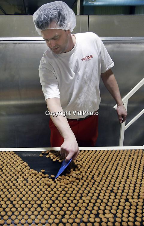 Foto: VidiPhoto<br /> <br /> HARDERWIJK - Bij de grootste pepernotenfabriek van Nederland, Van Delft Biscuits in Harderwijk, worden maandag de eerste pepernoten van het jaar gedraaid. Dit jaar worden er 3,5 miljard pepernoten geproduceerd, meer dan andere jaren. Van Delft wil namelijk &quot;het meest gegeten koekje van Nederland&quot; ook internationaal in de markt zetten. Volgens directeur Oscar de Lange moet de pepernoot wereldwijd net zo bekend worden als tulpen, klompen en molens, met Harderwijk is de pepernoothoofdstad van de wereld. Daarom worden worden er ruim vijftig smaken geproduceerd. Ook in Nederland neemt de consumptie van de pepernoot ieder jaar nog toe. Door het aantal smaken te vergroten wil de pepernotenproducent dat de pepernoot het hele jaar door gegeten wordt als &quot;koekje bij de koffie.&quot; Vorig jaar is ook gestart met zogenoemde pepernotenwinkels in een aantal grote steden. Dat is zo'n groot succes gebleken (1 miljoen bezoekers) dat ze dit jaar vanaf september in vrijwel alle grote steden komen. Ook in het buitenland komen pepernotenwinkels.