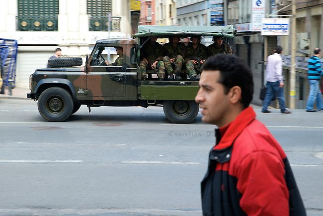 1.Mai-Demonstration in Istanbul<br />5-6.000 Menschen demonstrierten am Freitag den 1. Mai 2009 trotz eines Verbotes durch staatliche Behoerden zum istanbuler Taxim Platz. Der Platz hat fuer die Gewerkschaften eine besondere Bedeutung, da dort am 1. Mai 1977 die Polizei wahllos in die Menge geschossen hatte und ueber 30 Menschen nach bei der anschliessenden Panik zu Tode getrampelt wurden.<br />Die Demonstration gelangte trotz unzahliger Angriffe durch die Polizei auf den Taxim Platz. Es war seit 31 Jahren das erste Mal, dass es eine 1.Mai-Kundgebung auf dem Taxim Platz gab. Ueber 4.000 Menschen die zur Demonstration wollten, wurden von der Polizei mit Gewalt daran gehindert. Etwa 400 Menschen wurden festgenommen, mehere hundert Menschen wurden verletzt. Angeblich waren ca. 27.000 Polizisten und mehrere tausend Soldaten im Einsatz.<br />Im Bild: Militaer faehrt durch die Stadt.<br />1.5.209, Istanbul<br />Copyright: Christian-Ditsch.de<br />[Inhaltsveraendernde Manipulation des Fotos nur nach ausdruecklicher Genehmigung des Fotografen. Vereinbarungen ueber Abtretung von Persoenlichkeitsrechten/Model Release der abgebildeten Person/Personen liegen nicht vor. NO MODEL RELEASE! Nur fuer Redaktionelle Zwecke. Don't publish without copyright Christian-Ditsch.de, Veroeffentlichung nur mit Fotografennennung, sowie gegen Honorar, MwSt. und Beleg. Konto: I N G - D i B a, IBAN DE58500105175400192269, BIC INGDDEFFXXX, Kontakt: post@christian-ditsch.de<br />Bei der Bearbeitung der Dateiinformationen darf die Urheberkennzeichnung in den EXIF- und  IPTC-Daten nicht entfernt werden, diese sind in digitalen Medien nach &sect;95c UrhG rechtlich geschuetzt. Der Urhebervermerk wird gemaess &sect;13 UrhG verlangt.]