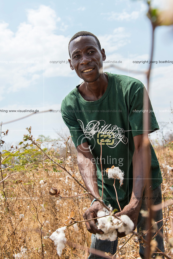 SAMBIA, Chipata, village Chibisa, small scale farmer Harison Mbao, contract cotton farmer for China-Africa Cotton / ZAMBIA  Chipata, village Chibisa, Kleinbauer Harison Mbao, Baumwolle Vertragsanbau fuer China-Africa Cotton