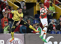 BOGOTÁ - COLOMBIA, 25-07-2017: Carlos Arboleda (Der) jugador de Independiente Santa Fe de Colombia disputa el balón con Angel Garcia Toral (Izq) jugador de Fuerza Amarilla de Ecuador, durante partido por la segunda fase, llave 8, de la Copa CONMEBOL Sudamericana 2017  jugado en el estadio Nemesio Camacho El Campin de la ciudad de Bogotá. / Carlos Arboleda (R) player of Independiente Santa Fe of Colombia fights for the ball with Angel Garcia Toral (L) player of Fuerza Amarilla of Ecuador during the match for the second phase, key 8, of the Copa CONMEBOL Sudamericana 2017  played at Nemesio Camacho El Campin stadium in Bogota city.  Photo: VizzorImage / Gabriel Aponte / Staff