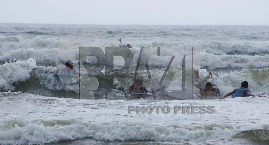 BERTIOGA, SP, 01 DE JANEIRO 2012 – PRAIA ENSEADA - Mesmo com tempo nublado, banhistas aproveitam a manha do primeiro dia do ano na Praia da Enseada-Vista Linda em Bertioga.FOTO: DEBBY OLIVEIRA - NEWS FREE