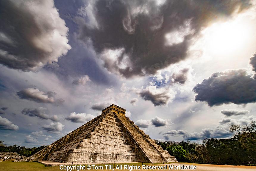 El Castillo Mayan Pyramid, Chichen-Itza UNESCO World Heritage Site, Mexico, State of Yucatan, Ancient city AD 800-1200 Mayan cultural center