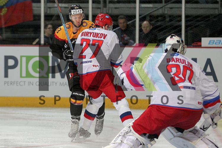 Deutschlands Raedeke, Brent (Nr.93)(Iserlohn Roosters) im Zweikampf mit Russlands Biryukov Yevgeni Nikolayevich (Nr.27)(Metallurg Magnitogorsk) im Spiel IIHF WC15 Germany - Russia.<br /> <br /> Foto &copy; P-I-X.org *** Foto ist honorarpflichtig! *** Auf Anfrage in hoeherer Qualitaet/Aufloesung. Belegexemplar erbeten. Veroeffentlichung ausschliesslich fuer journalistisch-publizistische Zwecke. For editorial use only.