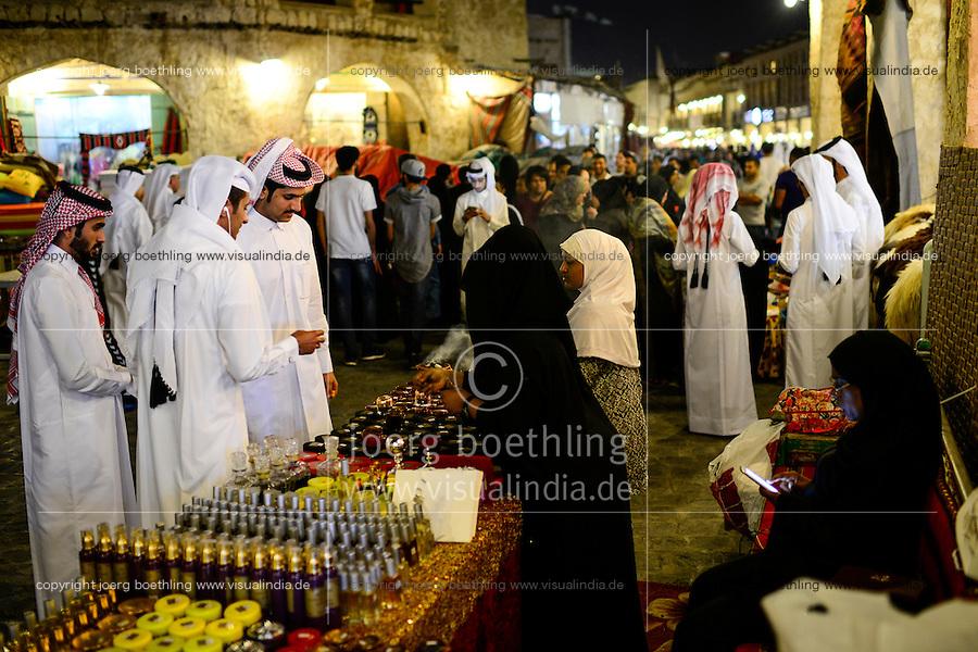 QATAR, Doha, Souq Waqif / KATAR, Doha, Basar Souk Wakif, Sheikhs am Parfuem Stand