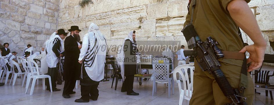 Asie/Israël/Judée/Jérusalem: Pélerins au Mur des Lamentations ou Mur Occidental présentation des rouleaux de la Torah - Surveillance d'un soldat