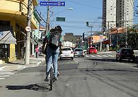 SÃO PAULO,SP, 29 MAIO 2012 - CENA DO DIA<br /> Ciclista é visto circulando na Rua Capitão Pacheco Chaves na Vila Prudente zona leste na manhã de hoje.FOTO ALE VIANNA - BRAZIL PHOT PRESS
