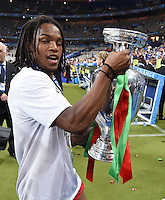 FUSSBALL EURO 2016 FINALE IN PARIS  Portugal - Frankreich     10.07.2016 Renato Sanches (Portugal) mit EM Pokal