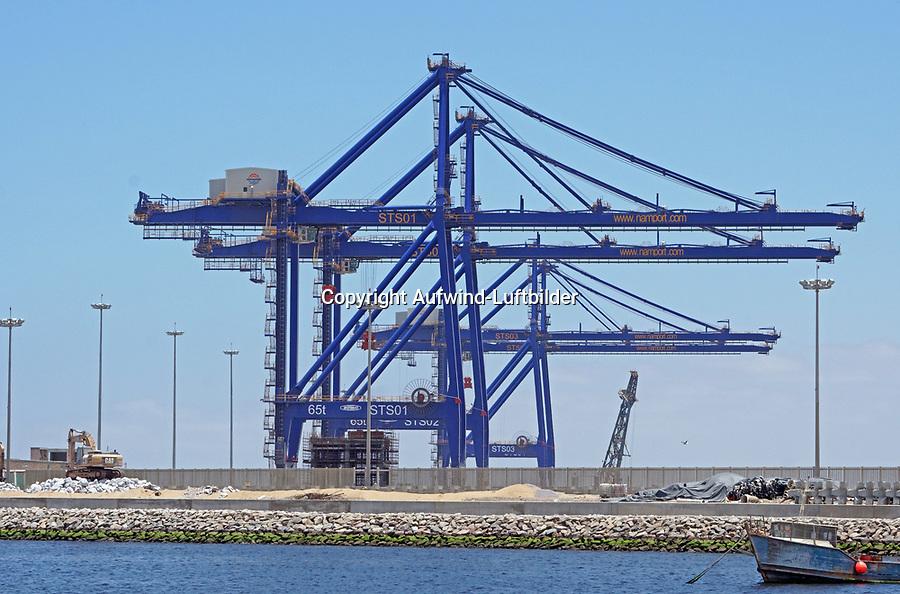 Containerhafen Namport in Walfish Bay: NAMIBIA, AFRIKA, 07.01.2019: Port of Walvis Bay, der gr&ouml;&szlig;te Handelshafen Namibias, wird von der Namibian Port Authority (Namport) betrieben. Der Hafen bietet einen direkten Zugang zu den wichtigsten Schifffahrtsrouten f&uuml;r den internationalen Handel.<br /> <br /> Namport baut ein neues Containerterminal auf recyceltem Land, um die Umschlagkapazit&auml;t des Hafens von Walvis Bay zu erh&ouml;hen. Port of Walvis Bay, the biggest commercial port in Namibia, is operated by Namibian Port Authority (Namport). The port offers direct access to main shipping routes serving international trade.<br /> <br /> Namport is constructing a new container terminal on reclaimed land to increase the handling capacity of the Port of Walvis Bay.