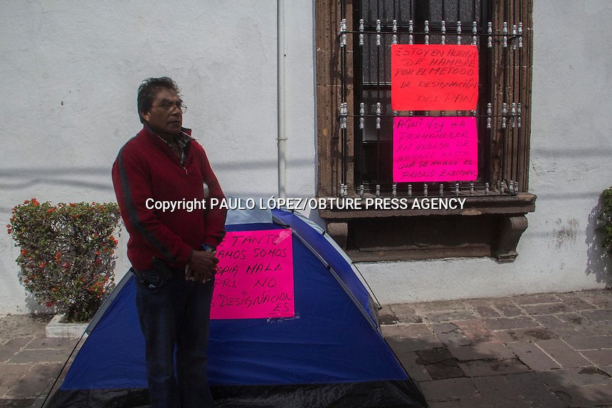 San Juan del R&iacute;o, Qro. 17 marzo 2014.- Un militante panista inicia huelga de hambre para protestar por la designaci&oacute;n de candidatos del PAN en este municipio.<br /> <br /> Su nombre es Mario &Aacute;vila Trejo y su principal argumento es que dentro del Partido Acci&oacute;n Nacional se ha perdido el esp&iacute;ritu democr&aacute;tico, donde los dirigentes prefirieron sacrificar la voz de sus militantes, a quienes les quitaron la voz y el voto.<br /> <br /> &Aacute;vila Trejo asever&oacute; que mantendr&aacute; su huelga de hambre frente a la alcald&iacute;a sanjuanense hasta que se reconozca a los militantes la libertad de elegir a sus candidatos.