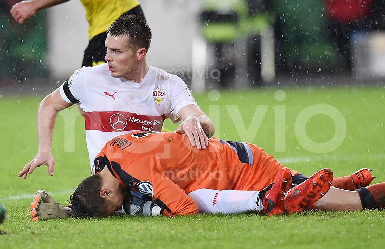 Fussball DFB Pokal Viertelfinale 2015/2016 08.02.2016 VfB Stuttgart - Borussia Dortmund Toni Sunjic (li, VfB Stuttgart) prallt mit Torwart Torwart Mitchell Langerak (re, VfB Stuttgart) zusammen.