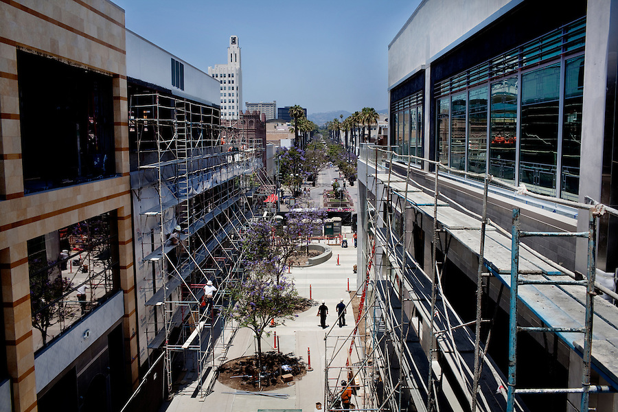 CREDIT: Daryl Peveto/LUCEO for The Wall Street Journal.SLUG: Macerich .ASSIGNMENT ID: 4429..Santa Monica, California, June 24, 2010 - A view of the $265 million reconstruction of the Santa Monica Place mall which is at the end of Santa Monica's bustling Third Street Promenade (seen here where the palm tress begin to line the street) and just two blocks from the Santa Monica Pier, the open-air mall is in the heart of Santa Monica's shopping district. The 2.5-year effort called for closing the dour, 28-year-old mall in early 2008, stripping it to its steel frame and remaking it as a modern shopping venue with several cutting-edge features. The three-level complex has no roof, reflecting the trend of recent years toward building open-air malls. Its first two levels are populated with a mix of fashion and luxury retailers including Tiffany & Co. and Juicy Couture sprinkled among big-box stores such as Nike and furniture-and-décor seller CB2. The mall will be anchored by Nordstrom and Bloomingdales. Retailers on its ground floor surround an expansive plaza. Santa Monica Place's bigger departure from the typical mall format is its third floor, which will be occupied entirely by restaurants. The collection is anchored by six high-end, chef-helmed eateries including the Ozumo sushi restaurant. Joining them are eight casual eateries and a gourmet market where shoppers can find groceries and meals to go. One of the restaurants' main selling points will be that their patio dining areas offer views of the Pacific...