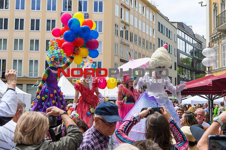 18.06.2016, Marienplatz , Muenchen, GER, impressionen zum Stadtgruendungsfest Muenchen, im Bild Stelzengaengerinnen auf dem Marienplatz<br /> <br />  Foto &copy; nordphoto / Straubmeier