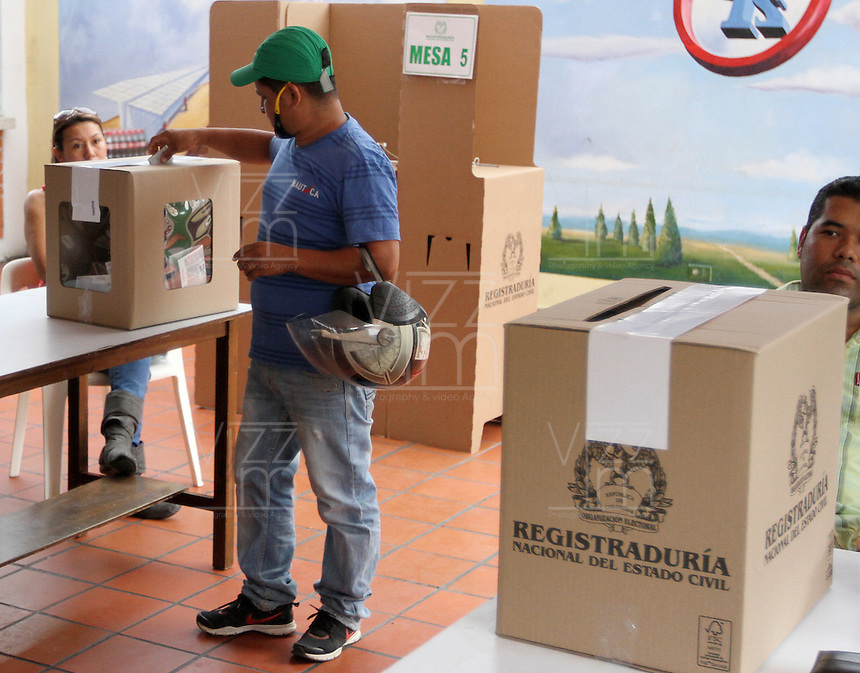 BUCARAMANGA -COLOMBIA. 15-06-2014. Colombianos ejercen su derecho al voto en Bucaramanga durante la segunda vuelta de la elección de Presidente y vicepresidente de Colombia que se realiza hoy 15 de junio de 2014 en todo el país./ Colombians exert their right to vote in Bucaramanga during the second round of the election of President and vice President of Colombia that takes place today June 15, 2014 across the country. Photo: VizzorImage / Duncan Bustamante /Str