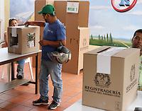 BUCARAMANGA -COLOMBIA. 15-06-2014. Colombianos ejercen su derecho al voto en Bucaramanga durante la segunda vuelta de la elección de Presidente y vicepresidente de Colombia que se realiza hoy 15 de junio de 2014 en todo el país./ Colombians exert their right to vote in Bucaramanga during the second round of the election of President and vice President of Colombia that takes place today June 15, 2014 across the country. Photo: VizzorImage / Duncan Bustamante /Str