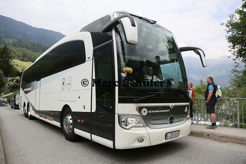 Mannschaftsbus auf der St. Johannes Brücke, der Zufahrt zum Teamhotel- Trainingslager der Deutschen Nationalmannschaft zur WM-Vorbereitung in St. Martin