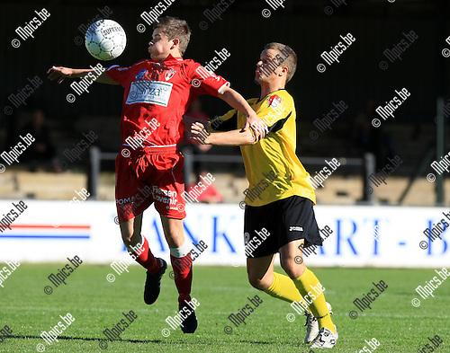 2010-10-10 / Voetbal / seizoen 2010-2011 / Berchem Sport - Lyra / Jonas Rolvink (L, Lyra) met Tim Thyssen..Foto: Mpics