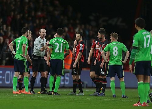 01.03.2016. Vitality Stadium, Bournemouth, England. Barclays Premier League. Bournemouth versus Southampton. Referee Mike Dean informs the players he is ending the first half seconds early, after Fourth Official Kevin Friend collapses and is stretchered off through the dugout tunnel
