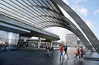 Nederland Amsterdam 2017.  De Ruijterkade. Overkapping achter Centraal Station. Linksboven bevindt zich het Busstation. Foto Berlinda van Dam / Hollandse Hoogte