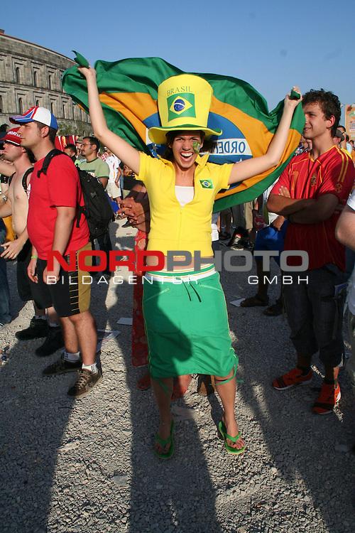 FIFA WM 2006 -  Fan Fest Nuernberg<br /> (Volksfestplatz)<br /> <br /> Brasilien - Frankreich<br /> <br /> Weiblicher Brasilien Fan feiert am Volksfestplatz *** Local Caption ***