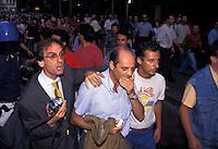 15 LUG 1994; Milano; PAOLO BROSIO contestato mentre &egrave; in diretta per il TG4 si rifugia in un'auto della polizia<br /> JUL 15 1994 Milan - PAOLO BROSIO Fininvest journalist challenged while live on TG4 takes refuge in a police car