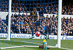 Danny Welbeck of Arsenal scores the first goal during the Barclays Premier League match at The Goodison Park Stadium. Photo credit should read: Simon Bellis/Sportimage