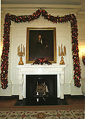 Washington, DC - December 4, 2000 -- Christmas decorations around the Lincoln portrait and mantle in the State Dining Room at the White House in Washington, D.C. on December 4, 2000..Credit: Ron Sachs - CNP