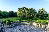 France, Indre-et-Loire (37), Montlouis-sur-Loire, jardins du château de la Bourdaisière, balustrade de l'escalier de la terrasse sud, boules de buis et groupe de cèdres du Liban